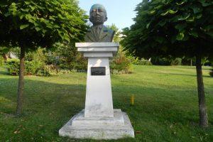 Статуя Николае Титулеску, Слатина