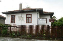 """Къща музей """"Филип Тотю"""", Две могили"""